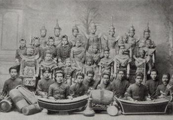 Siamese_theater_group_around_1900(Lakon nai).jpg